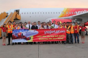 Vietjet's-CEO-&-President-Nguyen-Thi-Phuong-Thao-and-other--executives-and-staff-welcomed-the-new-aircraft